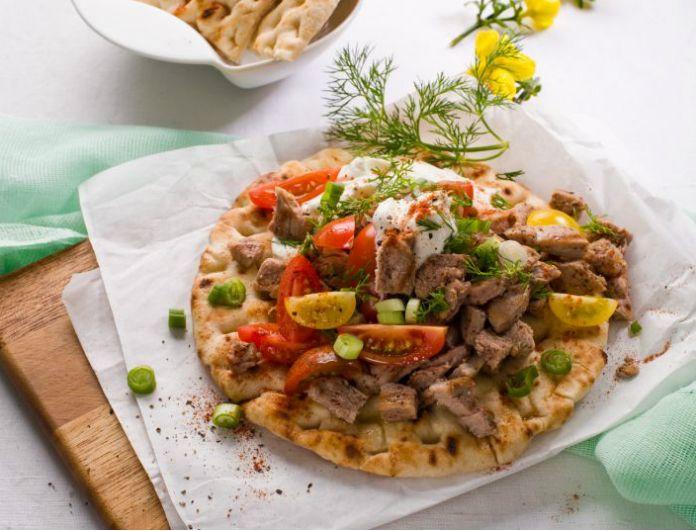 Ζουµερά σουβλάκια που θα συνοδεύσετε µε µια παγωµένη µπύρα σε ένα µεσηµεριανό µπάρµπεκιου! ΤοYouweekly.grγια ακόμη μια φορά σου αποκαλύπτει μια από τις πιο top συνταγές!!διαβάστε παρακάτω… ΥΛΙΚΑ 4 πίτες για σουβλάκι 3/4 κιλού ψαρονέφρι 8 κ.σ. Ελαιόλαδο 1 κ.σ. θυµάρι, ξερό, τριµµένο 1 κ.γ. κόλιαντρο τριµµένο 1 κ.σ. κρεµµύδι ξερό, τριµµένο 8 ντοµατίνια 1 πιπεριά …