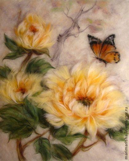 Картина из шерсти Желтые китайские пионы и бабочка 3. Картина выложена сухой овечьей шерстью на ткань под стекло. Создана по мотивам китайской живописи. Картина была сделана на заказ, продана. Точное копирование невозможно, каждая картина индивидуальна и не является повтором предыдущей.