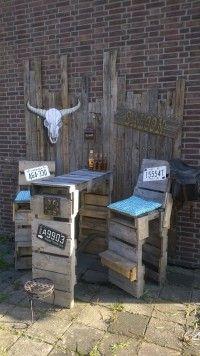 In april hadden wij de huiskamer in de tuin gemaakt, een complete loungeset van oude pallets. Maar wat doe je met de pallets die je nog over hebt. Juist, daar maken we een buitenbar van voor de lange zomeravonden in western stijl. Uiteraard is de schedel en het bord met