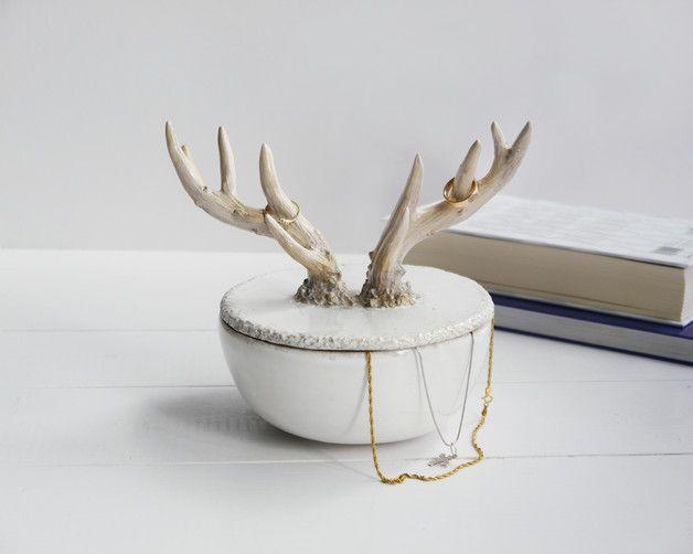 """Biała, ceramiczna szkatułka którą zdobią jelenie rogi.  Rogi to naprawdę ciekawy """"twór"""" który wyrasta z głowy jelenia, niczym jakaś fantazyjna korona! Poroże z pewnością budzi respekt ale też..."""