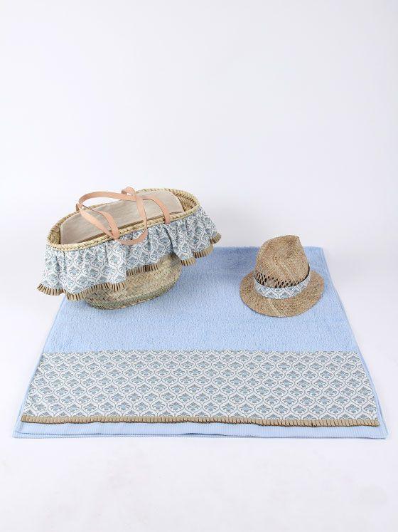 toalla con cenefa personalizada con capazo con volante y sombrero borsalino de paja a juego