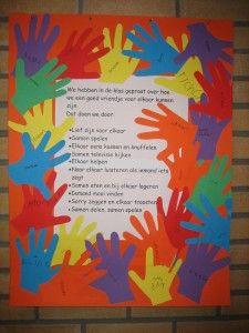 Maak aan het begin van het schooljaar regels met de hele klas en hang deze op. Kinderen weten heel goed hoe het moet en als de praktijk even anders is, helpt het al om even naar de regels te wijzen. Hier hebben de kinderen hun handtekening bij de regels gezet door hun hand om te trekken en daar hun naam op te zetten.