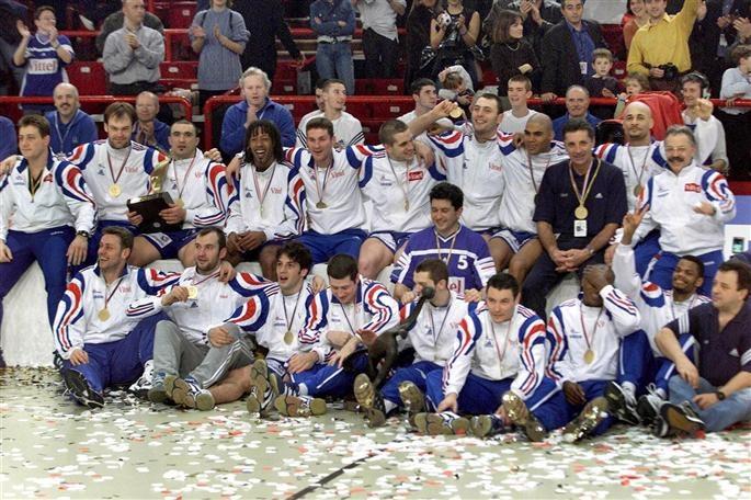 Voilà 14 ans que l'équipe Française de Handball menée par Jackson Richardson remporte son titre de championne du monde, qui signe le premier titre mondial d'une équipe française en sport collectif.
