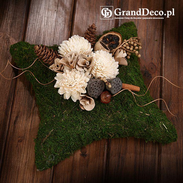 Poduszka z mchu z dekoracją z kwiatów sola i suszu egzotycznego: lotosy mini, szyszki, cynamon, suszone cytrusy w plastrach, drewniane kwiatki. Wszystkie elementy do nabycia na www.GrandDeco.pl