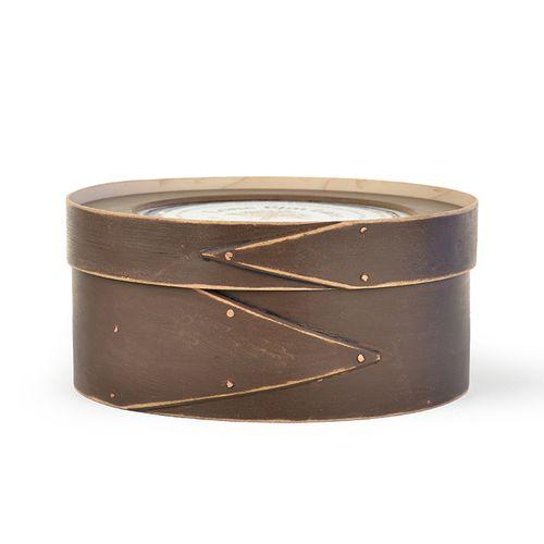"""огатый темный шоколад 8 """"коробка принимает конструкцию 7/7/8 дюйма. Ручная работа в США лиственных пород и окрашены только снаружи. Наносимая вручную старину / огорчает добавляет патиной возраста. Эта коробка поставляется с одним монтажным кольцом и если дополнительные кольца приобрели вы можете изменить дизайн сезонно.  Это поле может кадр вышивки крестом, Кружево, иглопробивных, вышивка, ковер, зацепов и квилтинга!"""