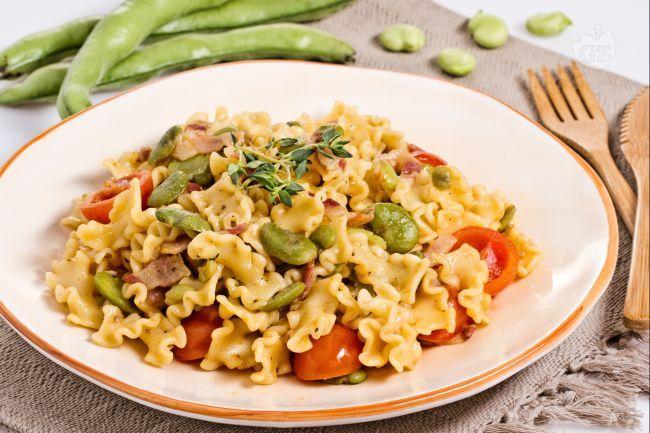 La pasta fave, pancetta e pomodorini è un primo piatto primaverile, semplice e veloce, dal gusto deciso e fresco.