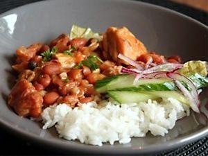 Bruine bonen met rijst is een klassiek Surinaams gerecht.