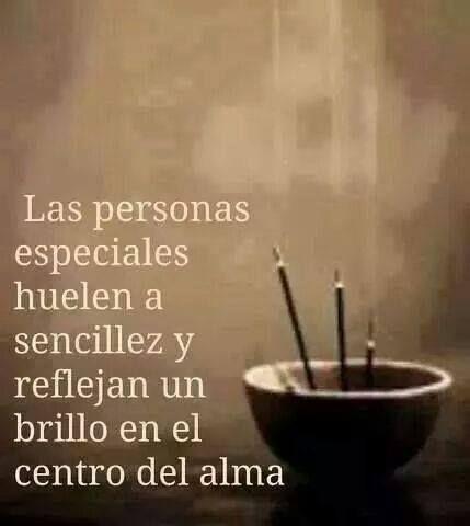 Las personas especiales huelen a sencillez y reflejan un brillo en el centro del alma.