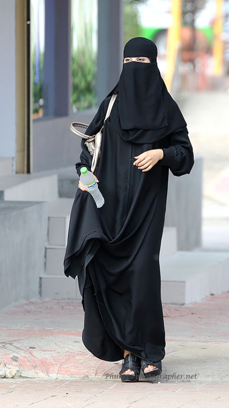 Niqabi Walking