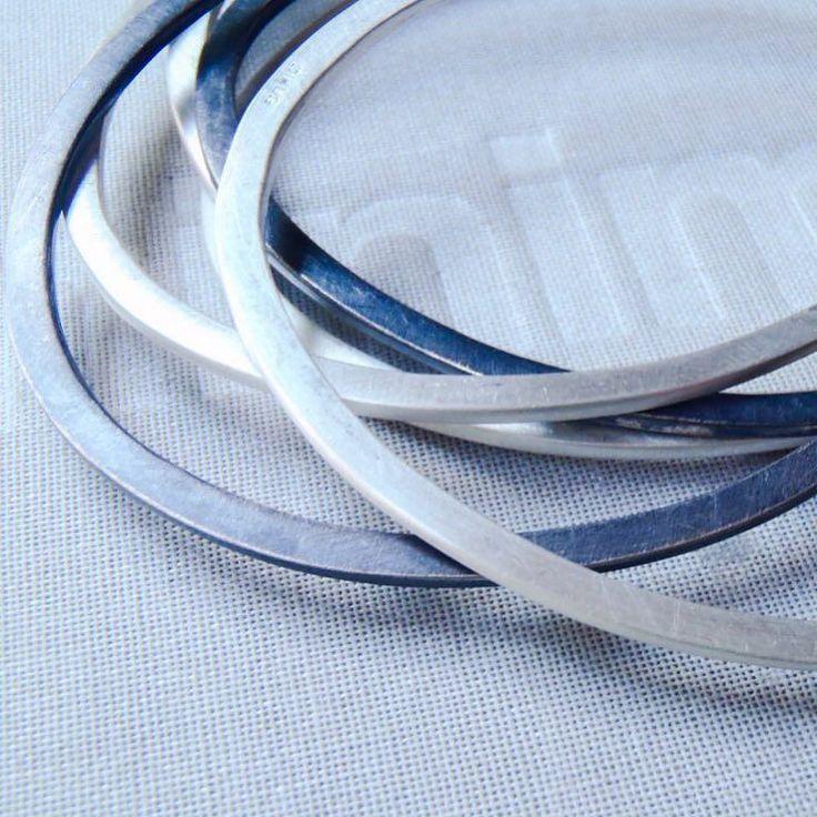 set de pulseras en plata negra y mate / black and brushed sterling bangles / set di braccialetti in argento opaco e nero.