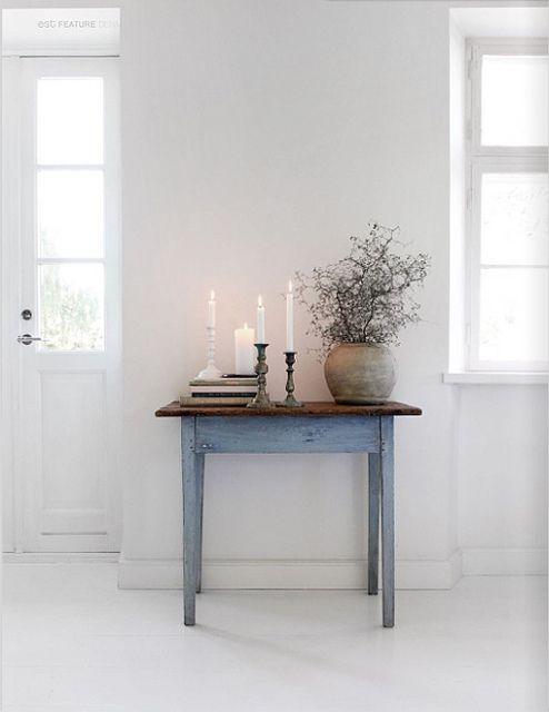 idee kleine tafeltje in de woonkamer..( niet zozeer wat erop staat maar gewoon zo mooi tegen een witte muur met iets van mooie spulletjes erop.. het tafeltje kunnen we natuurlijk ook schilderen.. (ik bedoel dus het tafeltje wat nu in jouw keuken staat)