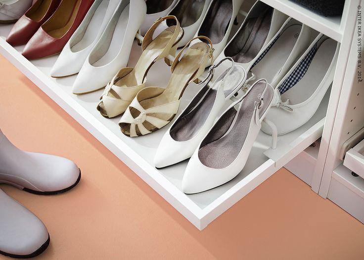 Le plateau coulissant avec rail KOMPLEMENT mettra en valeur votre collection de chaussures.