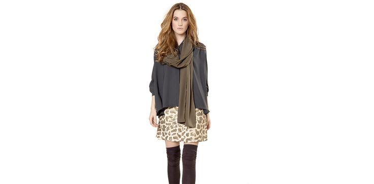 Grey oversized shirt, animal print skirt, knee high socks. Lookbook Otoño / Invierno 2013 Lio de Faldas