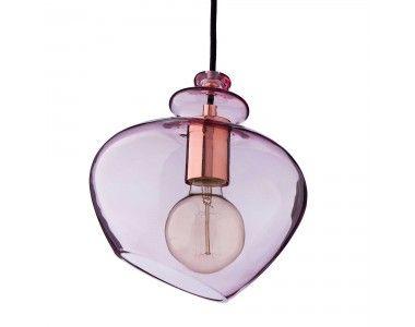 Für unsere Hängelampe Rosby verarbeiten unsere Partner feinstes Glas und Edelstahl zu einem Design, das alle Blicke auf sich zieht. Der Kontrast zwischen dem gefärbten Glas und der Halterung verleiht der Lampe einen industriellen Charme, der dennoch sehr edel wirkt. Qualität, wie sie moderner nicht sein könnte.