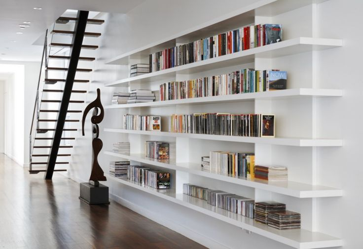 Moderne witte boekenplanken. Door Ietje