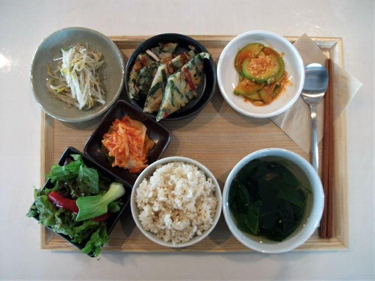 2011년 6월 15일 수요일 그때그때밥상 입니다. 고소한 해물부추전 + 담백한 숙주나물 + 부드러운 호박무침에 새콤한 김치와 신선한 샐러드 + 건강한 현미밥에 보리새우 아욱국입니다.