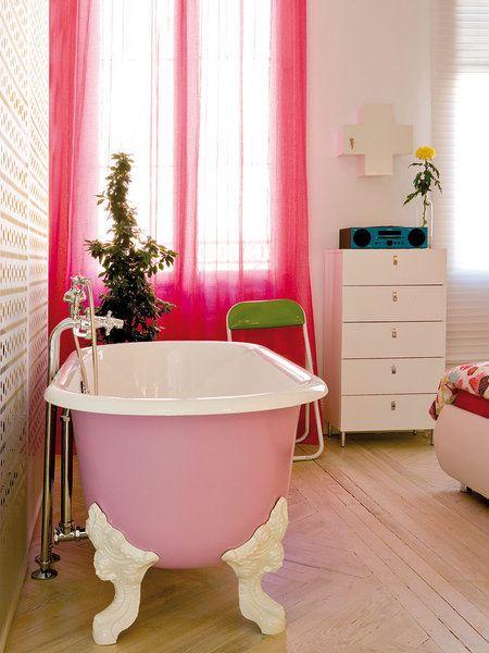 Cuarto de baño con bañera exenta lacada en rosa
