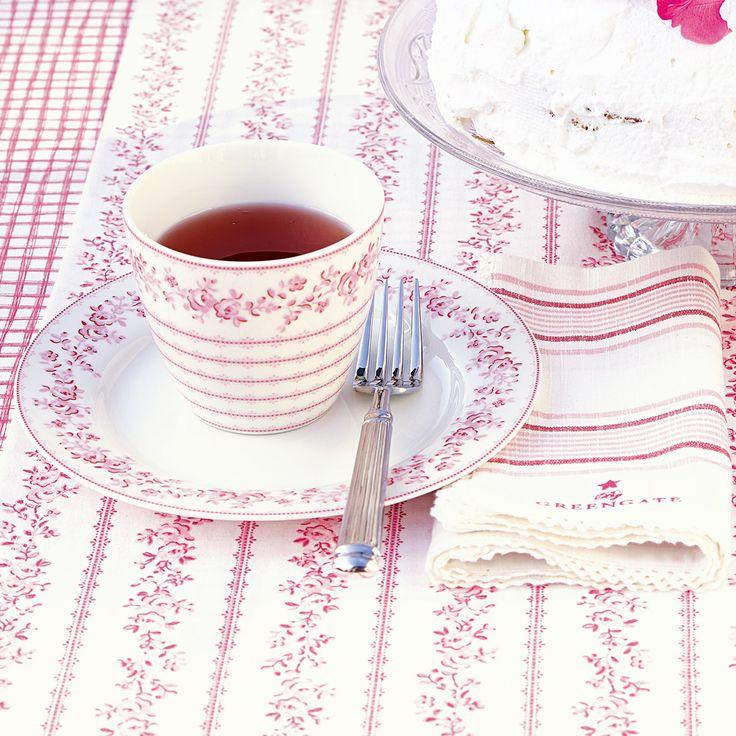 """Der Teller von GreenGate, Nostalgie pur: http://www.nostalgieimkinderzimmer.de/greengate-teller-audrey-raspberry.html """"Audrey"""" von GreenGate gibt es jetzt auch in bezauberndem Himbeerton und als Latte Cup: http://www.nostalgieimkinderzimmer.de/greengate-latte-cup-audrey-raspberry.html Was passt denn da noch besser dazu als die zuckersüße Serviette: http://www.nostalgieimkinderzimmer.de/greengate-stoffserviette-audrey-raspberry.html"""
