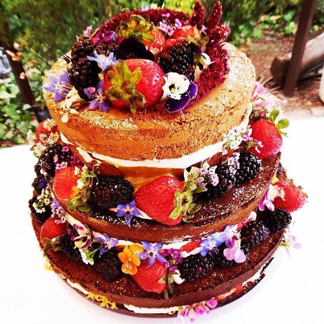 Amas la naturaleza? Esta es la torta para tu matrimonio #nakedcake #tortadesnudadeboda #berries #Curauma #Placilla #Valparaíso #ViñadelMar #concon #torta #catering #banquetería #weddingcake