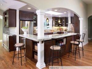 Dieses Foto verfügt über eine moderne Küche mit weiß lackierten Bögen. Es gibt eine L-förmige Küchentisch mit Hochstühlen und einem Pflanzer als Dekoration. Freuen Sie sich auch auf Geräten aus rostfreiem Stahl, Shaker-Schränke, dunklen Holz Schränke, Quarzit-Arbeitsplatten, braune Backsplash und Matchstick Fliesen Backsplash. Die glänzenden Hardware auch arbeiten auch gut mit dem Licht. Quelle: monicawantsit.com