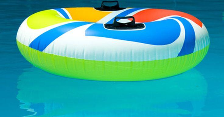 Revestimento de piscina: claro vs escuro. O revestimento da piscina ajuda a manter ou a selar a água em uma piscina abaixo ou acima do solo. Ele também pode proteger as paredes e o piso da piscina. Os revestimentos estão disponíveis em várias espessuras (medidos em gauge ou milímetros), fabricados em vinil ou materiais sintéticos. Eles são vendidos em cores escuras e claras, em diferentes ...