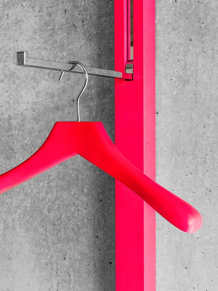 Kleiderbügel aus massiver, lackierter Buche mit drehbarem Metallhaken. Design: Apartment 8