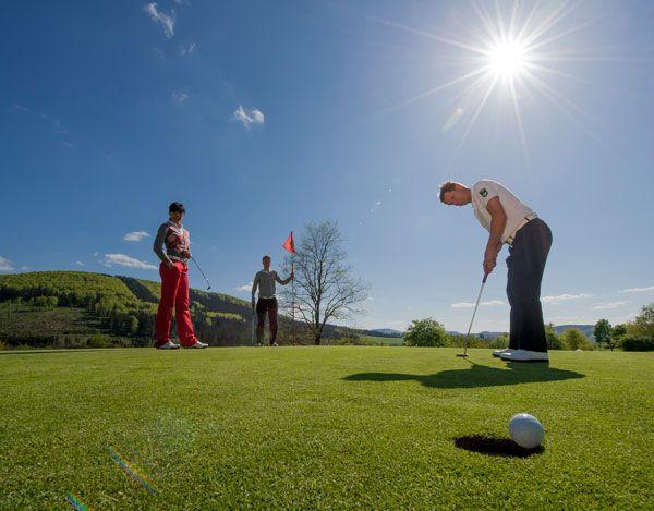 Golfen im Sauerland im DEIMANN ROMANTIK - UND WELLNESSHOTEL *****     #leadingsparesort #wellness #deimann #deutschland #urlaub #ferien #schmallenberg #nrw #gutshof #tradition #romantik #emobilität #ladestation #golf #germany #Германия