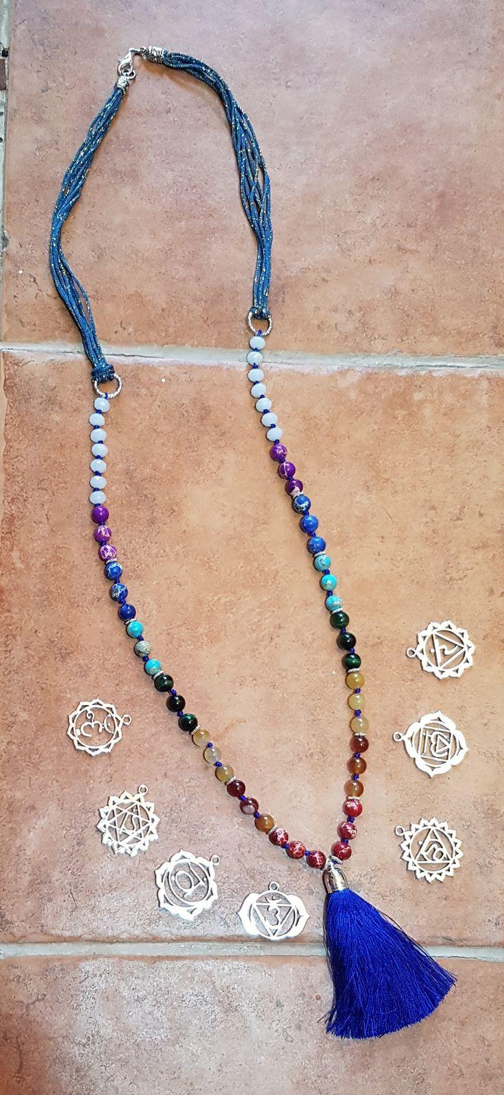 Precioso! Colgante largo con colores del chackra y sus símbolos. Cristal blanco, ojo de tigre, jade, agata y piedras de mar