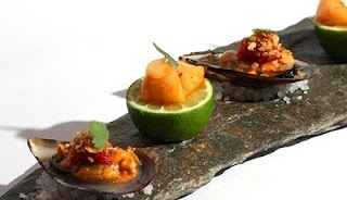 #Asiana Next Door: weird amazing food.  scallops sliced ​​and marinated with paprika, served on half lime.  #MADRID.