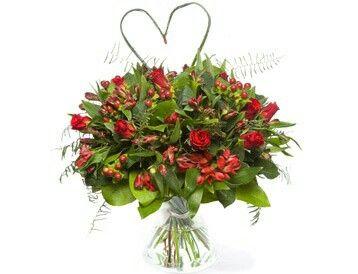 Grote liefde  Valentijnsboeket met rozen, alstroemeria, hypericum, hartvormig siergras en divers groenmateriaal. Verkrijgbaar bij www.bloemenweelde-amsterdam.nl