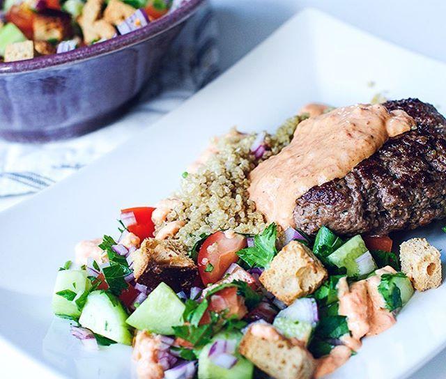 Just total #foodlove😍 Efter en HEKTISK dag var det guld att få komma hem till ett recept och låta huvudet vila och koppla av med matlagning; kvällens #linasmatkasse bjöd på Färsbiffar med libanesisk brödsallad & paprika- och getost yoghurt (läs lättkvarg😁) som var magisk👌🏻🙌🏻 Recept på gårdagens middag kommer nu snart... Busy busy ;) #glutenfritt#glutenfree#middag#sallad#food#foodphotography#protein#kvarg#instadaily#minresaräknas#instagood#motivation#inspo#inspiration#foodinspo