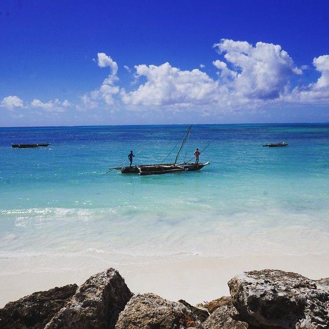 Amazing beach in Jambiani, Zanzibar!!! 青い空に青い海。天気はいいし、人はほとんどいない。 ゆっくり泳ぐにはいい場所!!