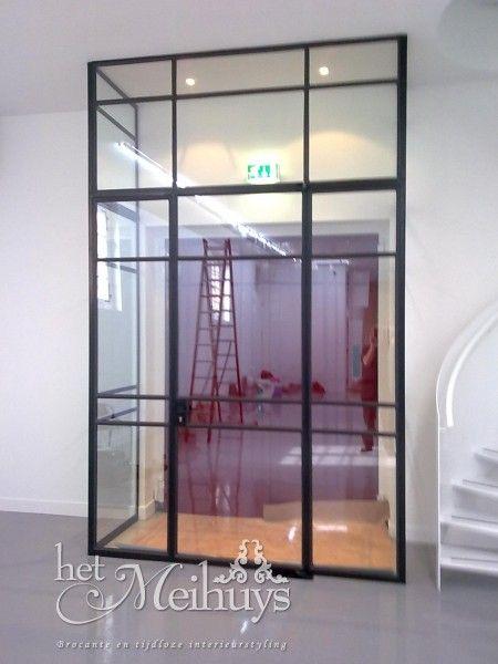 Stalen deur/tochtportaal met glas, project utrecht :: Winkelkraam.nl