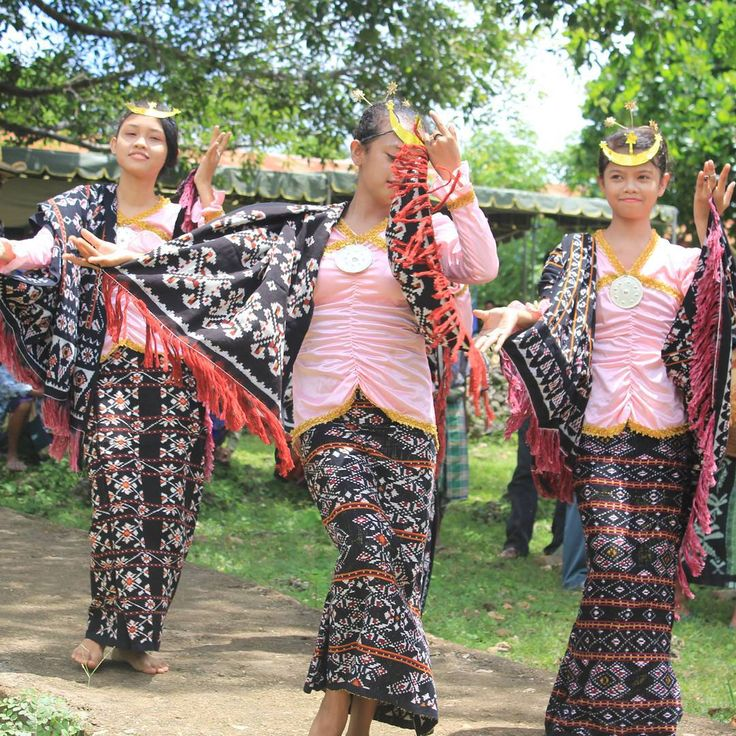 Te'orenda dance is a dance of entertainment when farmers unwind in the evening after working in the rice field, or be used to provide entertainment for tourists visiting the area Rote Ndao as a form they receive guests happy. Area: Rote Island, East Nusa Tenggara Province