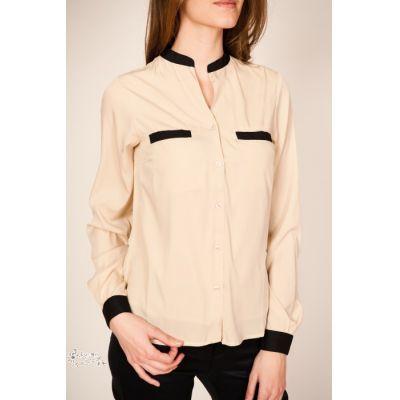 #Blusa de manga larga y color beig de estilo clásico. Cuello mao en negro a conjunto con la cenefa de dos bolsillos en el pecho y de los puños abotonados.