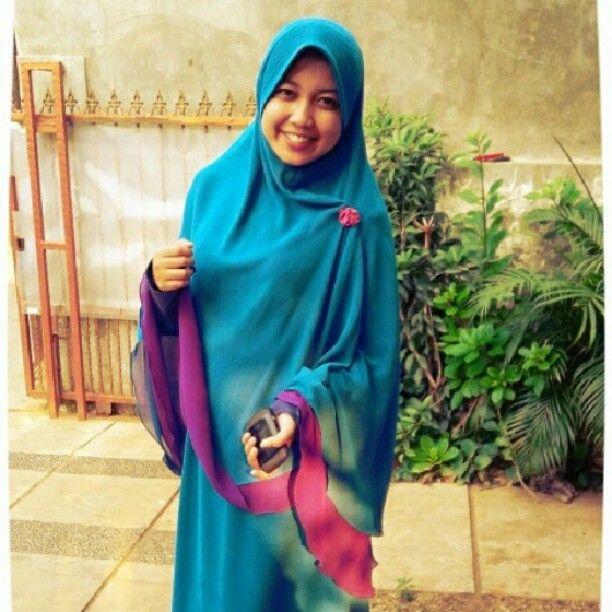 Love the colors!    True Hijab | Syar'i | Photo by ratubilqisyari