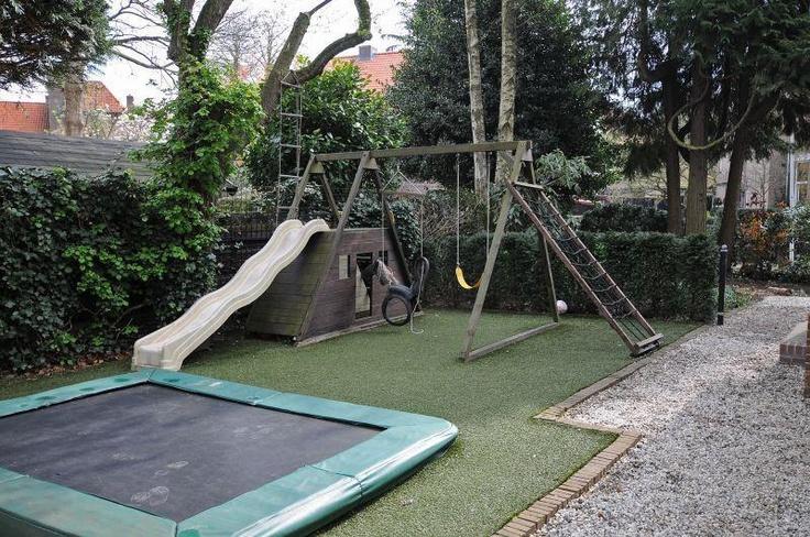De voortuin van Stargardlaan 17 is met een grote trampoline, schommel, glijbaan en klimtoestel een speelparadijs voor kinderen. #garden #tuin
