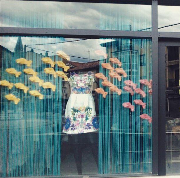 Escaparate de verano para Tribeca Store en Sarón, ésta vez hemos creado un fondo marino con una banco de peces...