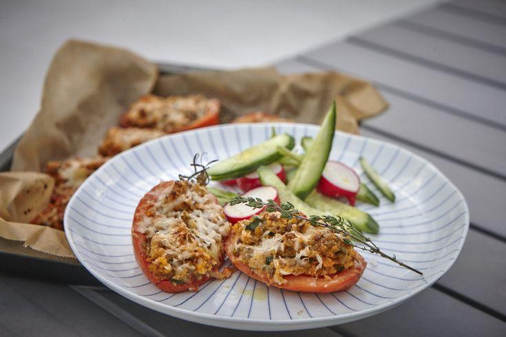 [ Ugnsrostade fyllda tomater ] Tomater / Lök / Vitlök / Linser / Couscous / Timjan / Chili / Parmesan / Salt, peppar. { Instruktioner } Skär tomaterna på hälften, gröp ur dom. Ugn 200 grader. Koka couscous enl. paketet. Fräs ihop resten av ingredienserna, även de du urgröpet. Riv på parmesan. Sätt in i ugn ca 15 min.