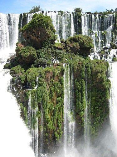 Cataratas do Iguaçu, fronteira entre Brasil e Argentina, na América do Sul. É um conjunto de cerca de 275 quedas de água no Rio Iguaçu (na Bacia hidrográfica do rio Paraná), localizada entre o Parque Nacional do Iguaçu, no estado do Paraná, no Brasil (20%), e o Parque Nacional Iguazú em Misiones, na Argentina (80%). A área total de ambos os parques nacionais, correspondem a 250 mil hectares de floresta subtropical e é considerada Patrimônio Natural da Humanidade.