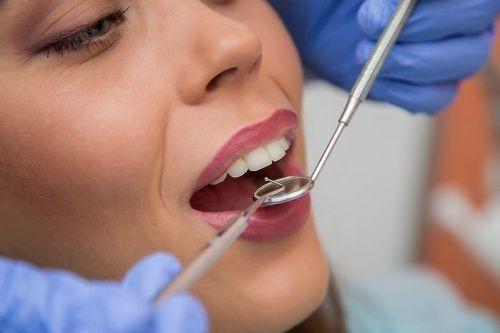 LONDÝN - Vedcom sa pošťastil ďalší fantastický objav, ktorý môže raz a navždy ukončiť odveké ľudské trápenie s boľavými a pokazenými zubami. Predstavte si, že by ste prišli k zubárovi a ten by vám namiesto vŕtania alebo trhania zubov vložil do úst liečivú hmotu, po ktorej by vám poškodený zub znova dorástol. Sci-fi? Kdeže!