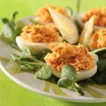 Scopri come preparare le uova ripiene con le verdure, un antipasto semplice e gustoso, arricchito con fagioli, broccoli, peperoni e carote.