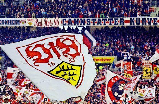 Fahnen schwenken für den Klassenverbleib: die Fans des VfB Stuttgart hoffen und bangen mit ihrer Mannschaft. Foto: Baumann