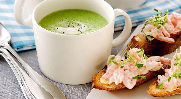Recept på ärtsoppa med räktoast. Avokadon i soppan blir extra nyttig, god och krämig. Enkel räkröra på en toast är lyxigt och gott till.
