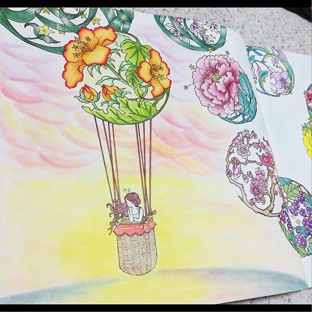 Instagram media icekureem - The Time Chamber Fleury Air Ballon〜花の気球〜左ページ 妖精はお花の気球に乗って、美しい夕陽を見に行きました(TAKUMI作) #コロリアージュ#おとなのぬりえ#大人の塗り絵#時の部屋#ダリアソン #coloriage #colouringbook #thetimechamber #dariasong #colorful #adultcoloringbook