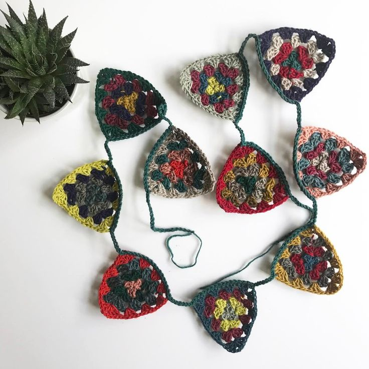 "81 Gostos, 4 Comentários - Julieta (@insta_julieta) no Instagram: ""granny triangle crochet bunting made with #beiroa yarn from #retrosariarosapomar by @rosapomar. 🌿…"""