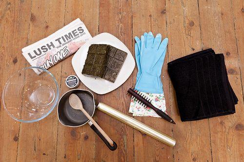 Stap 1: Je hebt het volgende nodig: je Caca, een schaal, een oud pannetje, handschoenen, lepel, een kam (of borstel), een oude handdoek, kranten (om je badkamervloer te beschermen), Ultrabalm (om je haargrens te beschermen), plastic folie.