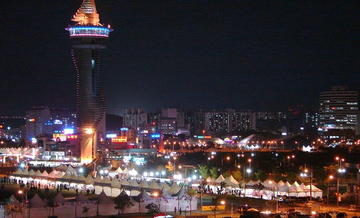Vista noturna de Sokcho, na província de Gangwon-do, Coréia do Sul, com a Torre Expo Sokcho.  Fotografia: Steve46814.