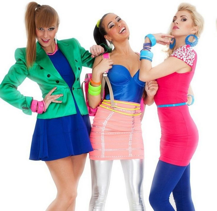 80er-Mottoparty-Outfit-Leggings-silber-rosa-Minirock-blau-Oberteil-bunter-Schmuck