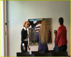 Samen met Berdien Steunenberg en Heleen Spiering tijdens het ophangen van mijn schilderij Almere in het stadhuis.